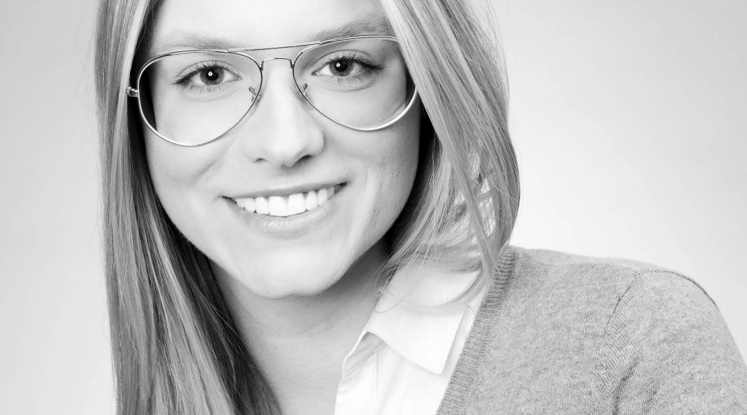 PORTRAIT junge Frau mit großer Brille