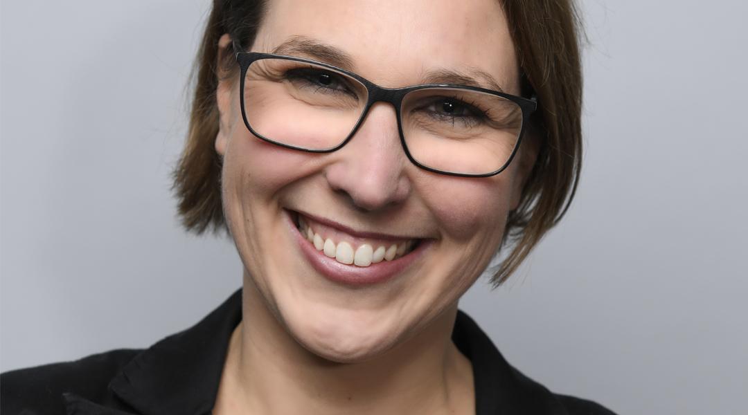 PORTRAIT lachende Frau mit Brille